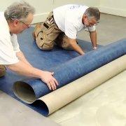Как и чем приклеить линолеум к бетонному полу: разбор технологии работ и клеящих составов