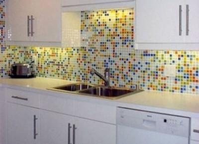 Мозаика на кухне помогает скрыть неровность стен