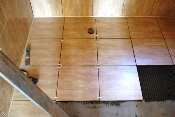 Как положить плитку в ванне: укладка плитки пошагово и особенности выполнения работ