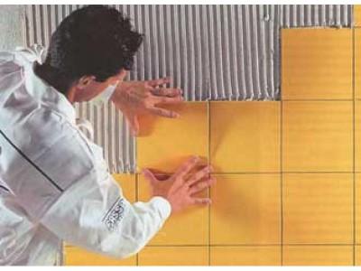Как клеить плитку на стену - направление снизу вверх