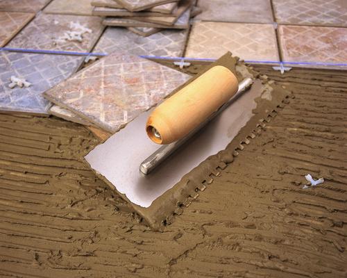 Нанесение плиточного клея шпателем