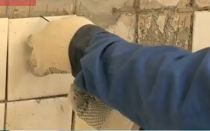 Как снять плитку двумя стальными проволочными крючками