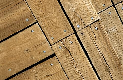 Как выровнять деревянный пол: оценка состояния и 2 способа выравнивания