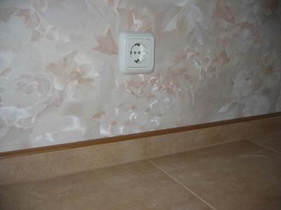 Отделка керамическим плинтусом стыка пола из плитки и стены