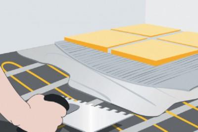 Зубчатым шпателем распределяют эластичный клей