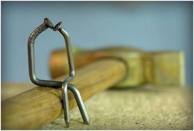 Скрип появляется в местах соединения дерева и гвоздей