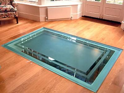 Декоративная стеклянная пластина в полу