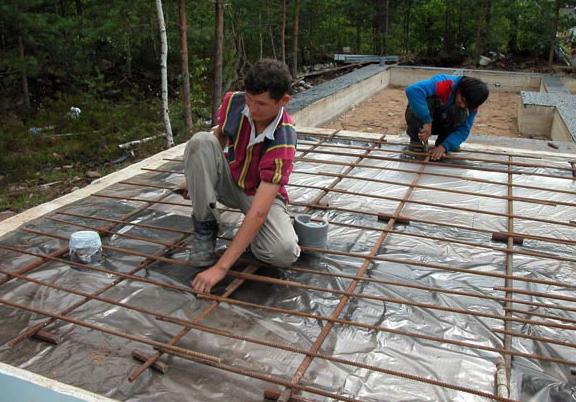 Укладка армированной бетонной стяжки