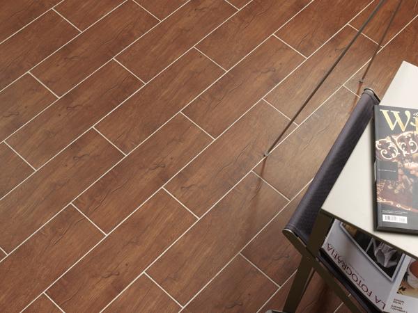 Напольная плитка под дерево: примеры использования в интерьере и дизайн-фишки