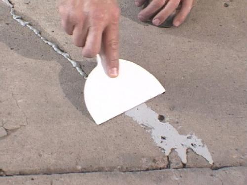 Как заделать трещины в стяжке пола?