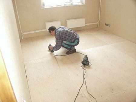 Как выровнять пол под линолеум: работа с деревянным и бетонным основаниями
