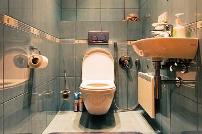 Отделка туалета крупным кафелем