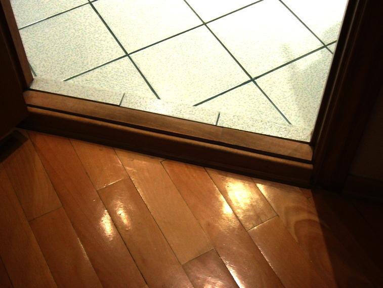 Демонтаж старого и установка нового деревянного дверного порога