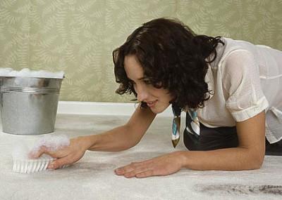 Ручная чистка ковролина - самый доступный способ