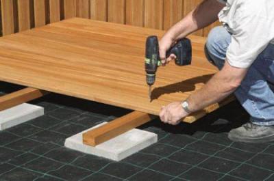 Под лаги укладывается керамическая плитка или другой материал небольшой толщины