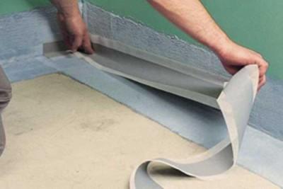 При гидроизоляции пола материал долже заходить на стену не менее 20 см