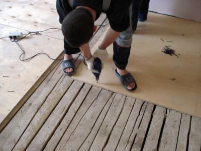 Какой фанерой выровнять деревянный пол в городской квартире?