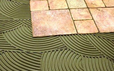 """При укладке керамогранитной плитки необходимо соблюдать аккуратность - клей не должен """"выдавливаться"""" из швов"""