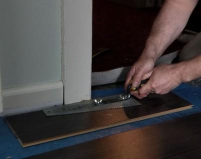 Как аккуратно уложить ламинат возле дверей и труб коммуникаций?