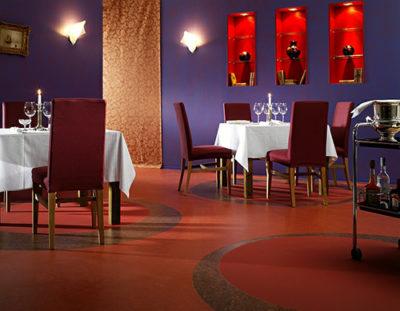 Коммерческий линолеум часто применяется для покрытия пола в ресторанах и кафе