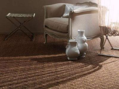 Покрытие из сизаля подчеркивает благородство классической гостиной