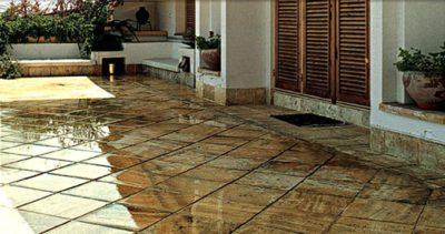 Травертиновая плитка, благодаря своему внешнему сходству с деревом, помогает придать интерьеру уютные домашние нотки