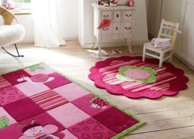 Практичные коврики для детской комнаты радуют яркими расцветками
