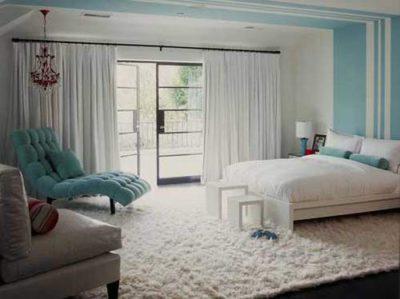 Большой ковер покрывает весь пол спальни мягким пушистым ворсом
