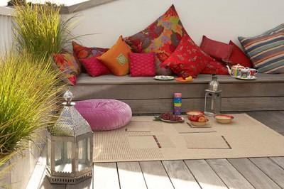 В теплый летний вечер небольшой коврик может стать дополнительным местом для сидения
