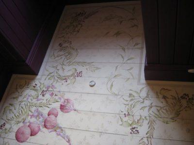 Основной растительный рисунок дополнен бордюром в виде лаконичной полосы