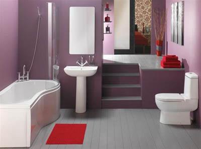 Красный коврик делает образ фиолетово-серой ванной комнаты ярче