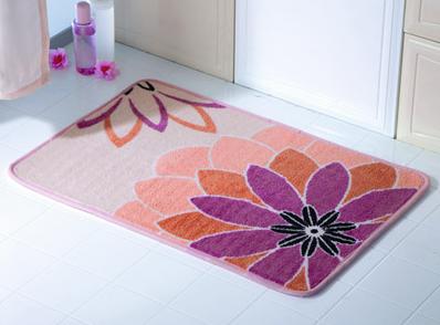 Изображения цветов на ковриках для ванной никогда не выходят из моды