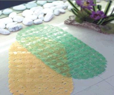 """Полупрозрачные резиновые коврики с блестящей поверхностью дополняют """"водный"""" характер ванной"""