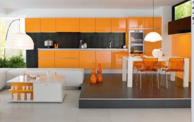 Обеденная зона кухни приподнята на подиуме, поэтому воспринимается, как отдельная часть комнаты