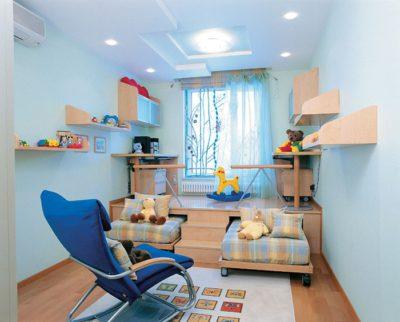 Длинная комната визуально расширяется при использовании подиума, расположенного вдоль короткой стены
