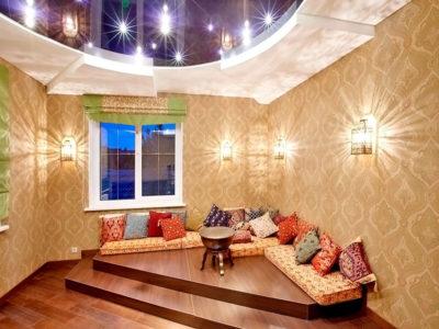 Восточный уголок создан на традиционном подиуме, благодаря большому количеству ярких подушек-думок
