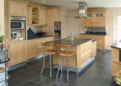 Матовая черная плитка подчеркивает лаконичную сдержанность дизайна кухни