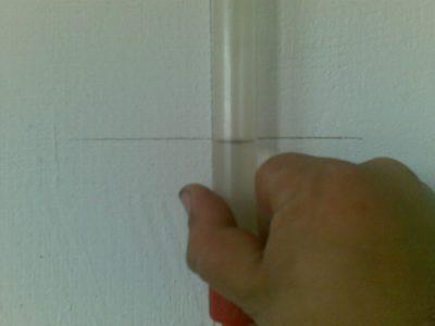 Совмещение поверхности воды в трубке с меткой на стене