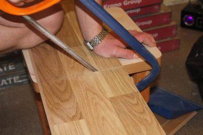 Резка ламината ножовкой - процесс трудоемкий