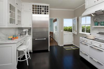 темный пол на кухне фото