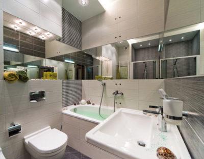 Зеркальная плитка на стенах ванной комнаты