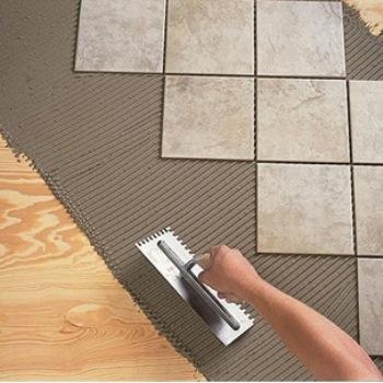 Как правильно положить плитку на деревянный пол