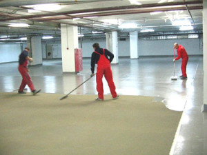 Обеспыливание и упрочнение бетонного пола: технологии применения топпинга и пропиток
