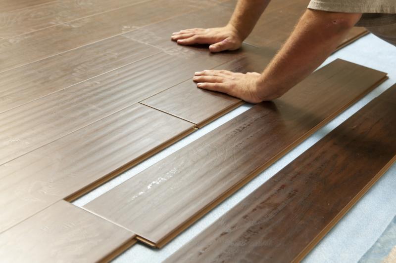 Какое покрытие выбрать на замену старому деревянному полу и как проводить укладку
