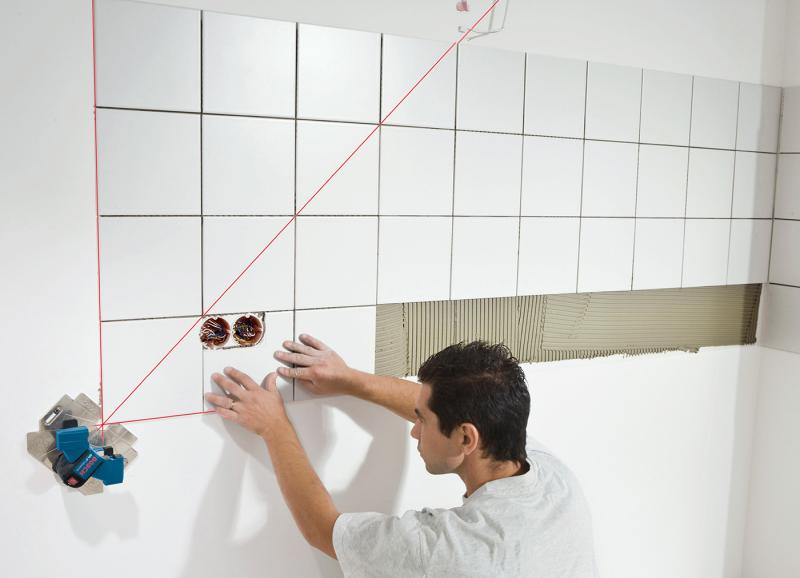 Правильно ли мастер укладывает плитку в ванной, если промазывает поверхность не полностью