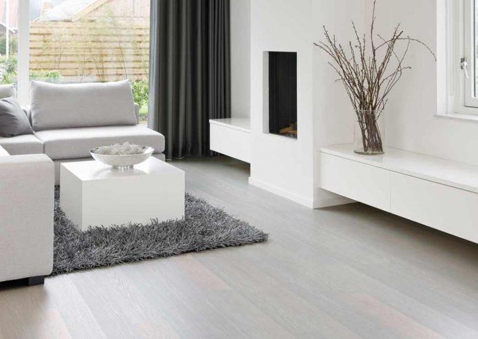 Белый ламинат в комнате с белыми стенами