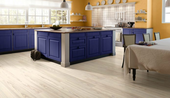 Кухня с белым полом и яркой мебелью