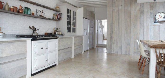 Кухня в скандинавском стиле с белыми ламинатом