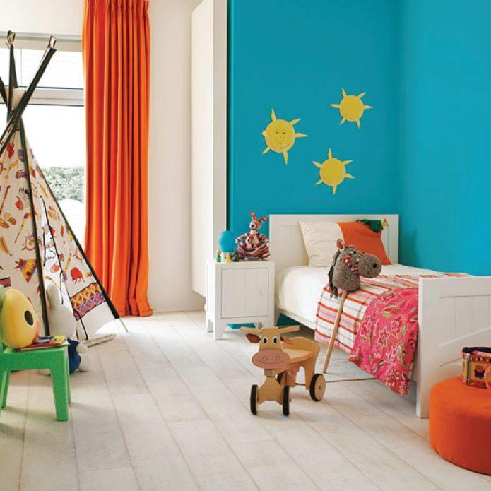 Детская комната с белым полом и яркими элементами