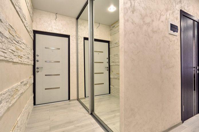 Узкий коридор с белым ламинатом на полу